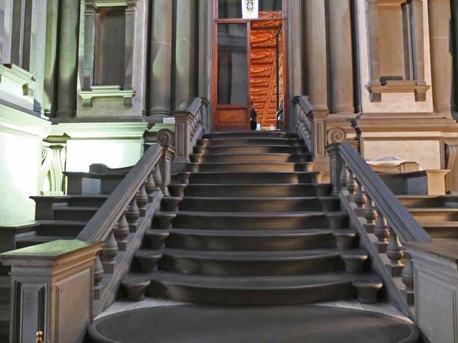 la escalera proyectada por miguel ngel es la verdadera del vestbulo de entrada ocupando casi dos tercios del espacio es una escalera de tres