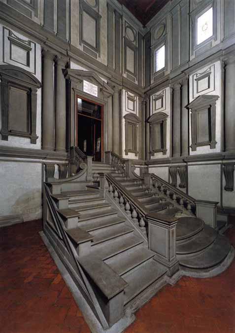 el vestbulo de acceso a la biblioteca es un espacio cuadrado de dimensiones reducidas pero con gran altura dando lugar a un ambiente alto y estrecho donde